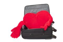 En forme de coeur rouge bourré à l'intérieur d'une valise Photographie stock