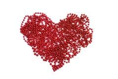 En forme de coeur rouge de perles d'isolement sur le blanc Image libre de droits