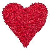 En forme de coeur rouge par des gravier Photos stock
