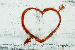 En forme de coeur rouge sur le fond blanc de mur Symbole de l'amour Photo libre de droits