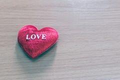 En forme de coeur rouge sur le fond en bois Image stock