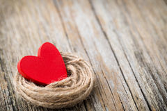 En forme de coeur rouge sur un fond en bois Photographie stock libre de droits