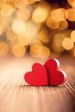 En forme de coeur rouge sur un fond en bois Photo libre de droits
