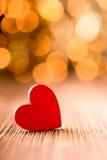 En forme de coeur rouge sur un fond en bois Images stock