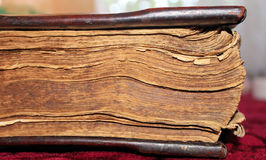 En forntida bok med sönderslitna sidor Royaltyfri Bild