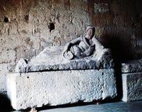 En forntida Etruscan gravvalv som modelleras i tuffen royaltyfria foton
