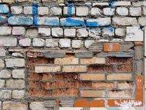 En forntida förstörd stadsvägg utgjorde av flera lager av tegelstenar: är överst vita moderna tegelstenar, inom är handgjorda ora Arkivfoton