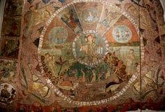 En forntida glödande lampa i domkyrkan, inställd på kedjor arkivbild
