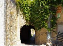 En forntida italiensk passage till Ravello, Itally arkivbilder