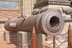 En forntida kanon utanför ett indiskt fort Arkivfoto