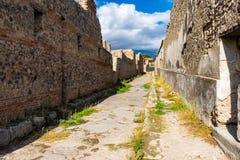 En forntida lappad gata i fördärvar av Pompeii Romersk stad som förstörs av den Vesuvius vulkan royaltyfria foton