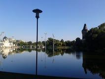 En forntida slott med en konstgjord sjö i den Budapest staden parkerar royaltyfri foto