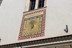 En forntida sol- klocka på väggen arkivbilder