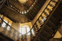 En forntida spiraltrappuppgång i en forntida byggnad Arkivbilder
