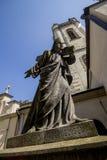 En forntida staty av Jesus Christ i borggården av den forntida armenierkyrkan i Lviv ukraine arkivfoton