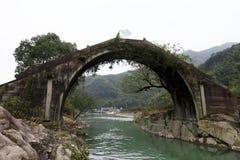 En forntida stenbågebro i bergen nära Shanghai Arkivbilder