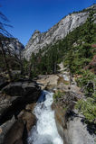En fors i floden nära Nevada Fall Yosemite National Park royaltyfria foton