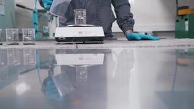 En forskare arbetar i en laboratoriumnärbild arkivfilmer