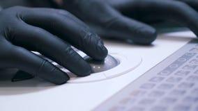 En forskare arbetar med latexhandskar stock video