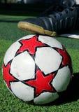 En fotboll och en sko Royaltyfri Fotografi