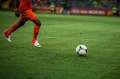 En fotbollboll som är stöds Royaltyfri Fotografi