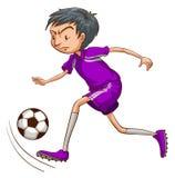 En fotbollspelare med en violett likformig Royaltyfri Fotografi