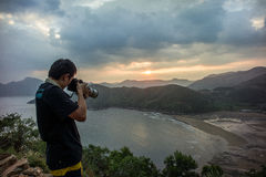En fotograf tar fotoet på den intertidal zonen Fotografering för Bildbyråer