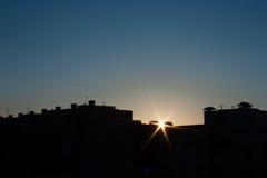 Taklägga och solnedgången Fotografering för Bildbyråer