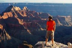 En fotvandrare i den Grand Canyon nationalparken, norr kant Arkivfoton