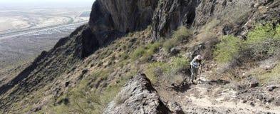 En fotvandrare i den Picacho maximumdelstatsparken, Arizona Arkivbild