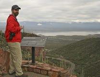 En fotvandrare på den lägre Cliff Dwelling Trail på den Tonto medborgaren Monu royaltyfri foto