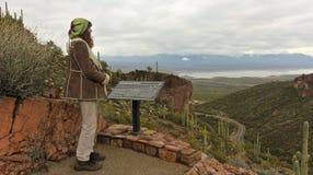 En fotvandrare på den lägre Cliff Dwelling Trail på den Tonto medborgaren Monu royaltyfri fotografi