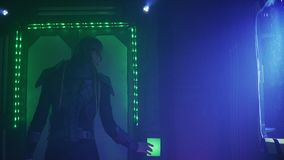 En främling i kroppharnesk använder en kontrollbord på dörren i rymdskeppet, 4k stock video