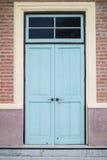 En främre ingång av ett museum med blå en siding för dörr och för röd tegelsten Arkivbild