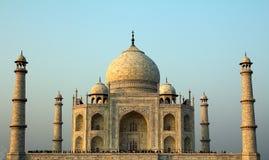 En främre sikt av Taj Mahal i Agra, Indien Royaltyfri Foto