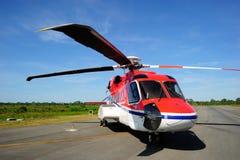 En frånlands- helikopterparkering på taxivägen Arkivbild
