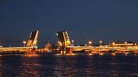 En frånskild bro över Neva River på natten stock video