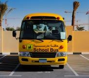 En framdel på sikt av en gul arabisk skolbuss arkivfoto