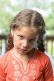 En förargad liten flicka! Arkivbilder