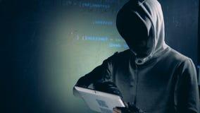 En fraudster skriver på minnestavlan, medan hacka, stänger sig upp arkivfilmer