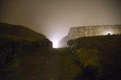 En fredriksten la fortaleza en la niebla y la oscuridad Imágenes de archivo libres de regalías