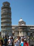 En frente la torre de Pisa localizó en la plaza del duomo fotos de archivo libres de regalías