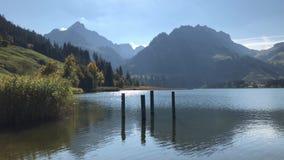 En fridsam afton på kanten av den härliga bergsjön lager videofilmer