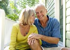 En förälskade man och kvinna Arkivfoton