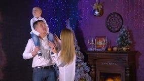 En fru talar till maken och sonen om inre jul stock video