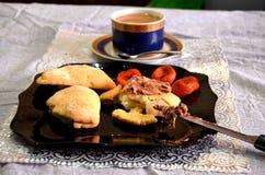 En frukost av det ostmassapajerna och kaffet fotografering för bildbyråer