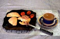 En frukost av ostmassapajerna med jordnötsmör, torkade aprikors och kaffe arkivfoton