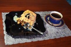 En frukost av strudeln med äpplet och russin och svart kaffe royaltyfri foto