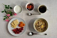 En frukost för naturligt ljus tjänas som på en ljus bordduk dekorerat med rosblomman arkivbild