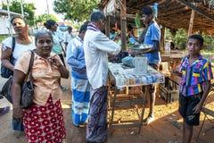 En fruktsäljare väntar på kunder på en marknad nära Jaffna, Sri Lanka Arkivbilder